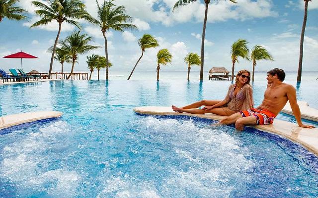 Hotel Azul Beach Resort The Fives Playa del Carmen, disfruta del jacuzzi con vistas al mar