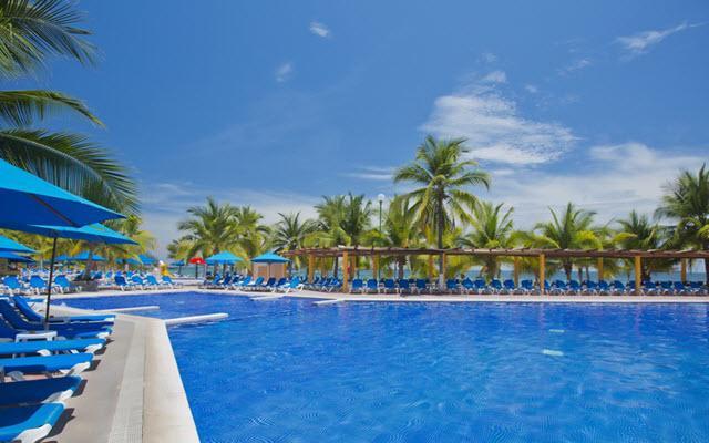 Hotel Barceló Ixtapa Beach, disfruta de su alberca al aire libre
