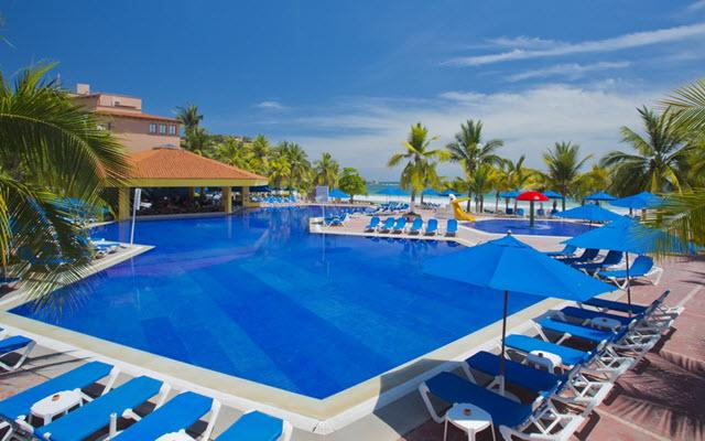 Hotel Barceló Ixtapa Beach, asoléate en la comodidad de sus camastros