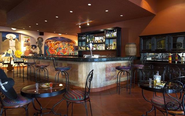 Hotel Barceló Puerto Vallarta, disfruta una copa en el bar