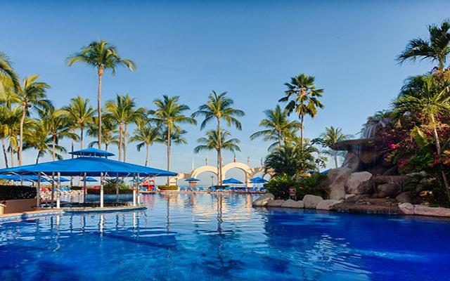 Hotel Barceló Puerto Vallarta, disfruta de su alberca al aire libre