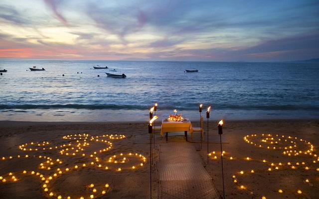 Hotel Barceló Puerto Vallarta, disfruta una cena romántica en la playa