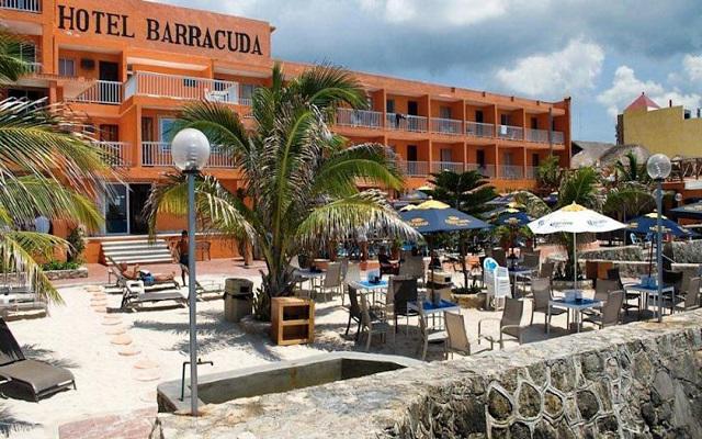 Hotel Barracuda se encuentra frente al muelle principal de la isla
