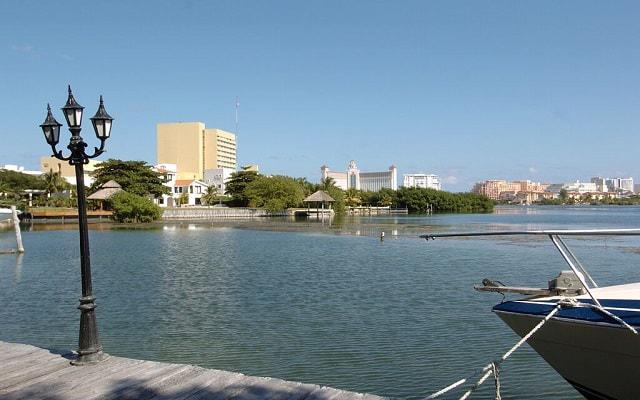 Hotel Beach House Imperial Laguna Cancún, pasea en un escenario único