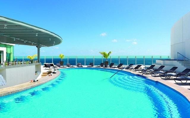 Hotel Beach Palace, disfruta de su alberca al aire libre