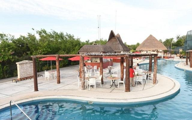 Hotel Bel Air Collection Resort & Spa Xpu-Ha Riviera Maya, disfruta una copa al costado de la alberca