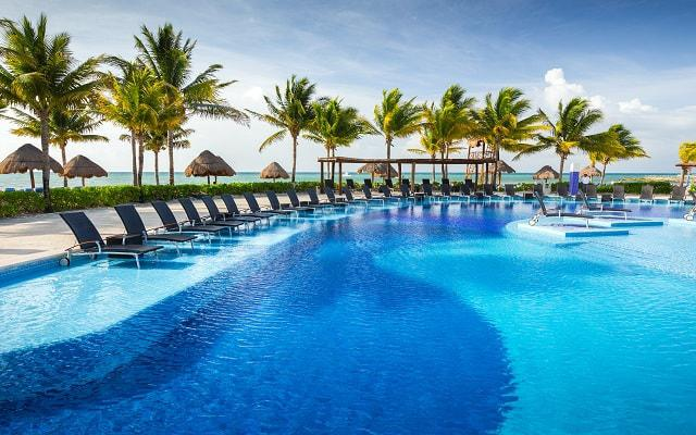 Hotel BlueBay Grand Esmeralda - All Inclusive, descansa en el área de albercas