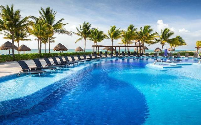 Hotel Blue Bay Grand Esmeralda, descansa en el área de albercas