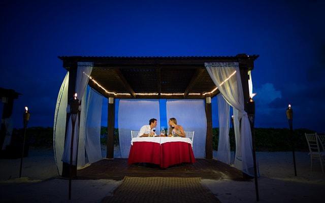 Hotel Blue Bay Grand Esmeralda, disfruta una romántica cena