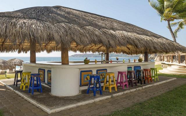 Hotel Camino Real Zaashila Huatulco, disfruta un rico coctel en la playa