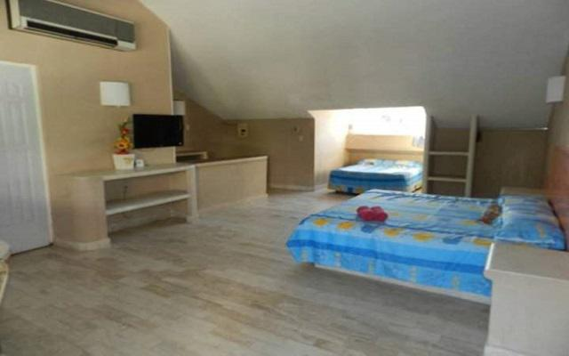 Dispone de habitaciones con decoración sencilla y mobiliario sobrio
