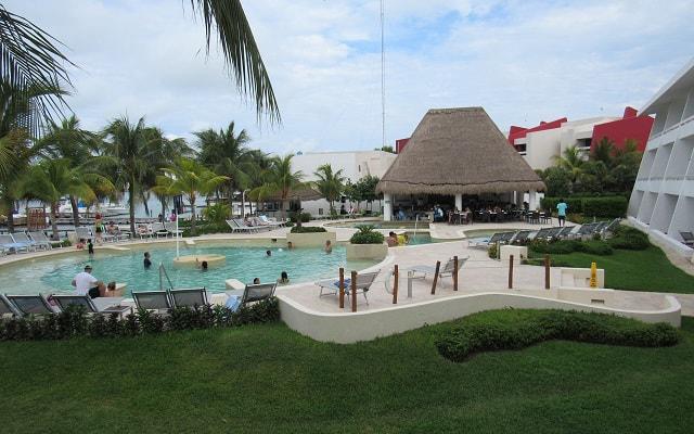 Hotel Cancún Bay Resort disfruta de su alberca