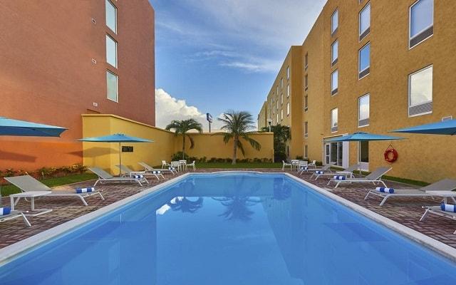 Hotel City Express en Cancún, disfruta de su alberca al aire libre