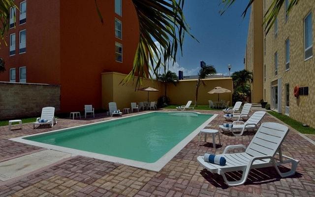 Hotel City Express Junior Cancún, disfruta de su alberca al aire libre