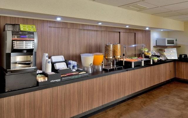 Hotel City Express Playa del Carmen, desayuno en cortesía