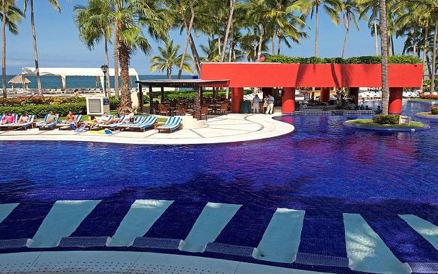 Hotel Club Regina Puerto Vallarta, disfruta de su alberca al aire libre