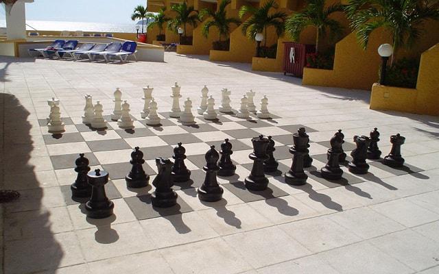 Hotel Copacabana Acapulco Beach, diviértete con el ajedrez gigante