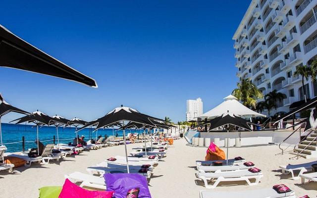 Hotel Coral Princess Cozumel descansa en el área de camastros