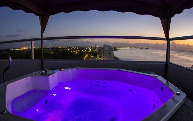 Hotel Coral Princess Cozumel disfruta del jacuzzi que está en la terraza