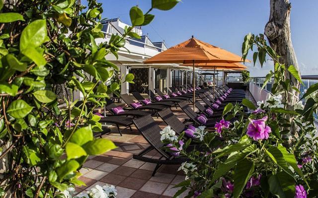 Hotel Coral Princess Cozumel posee un área lounge ubicada en la terraza