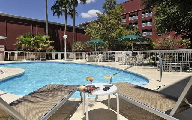 Hotel Courtyard by Marriott Monterrey Aeropuerto, disfruta de su alberca al aire libre