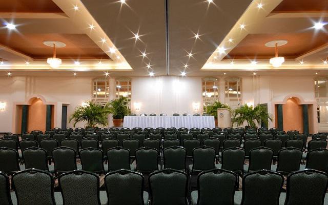 El hotel cuenta con instalaciones para convenciones