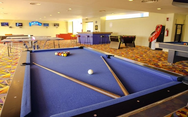 Hotel Crown Paradise Club Cancún, disfruta un juego de billar
