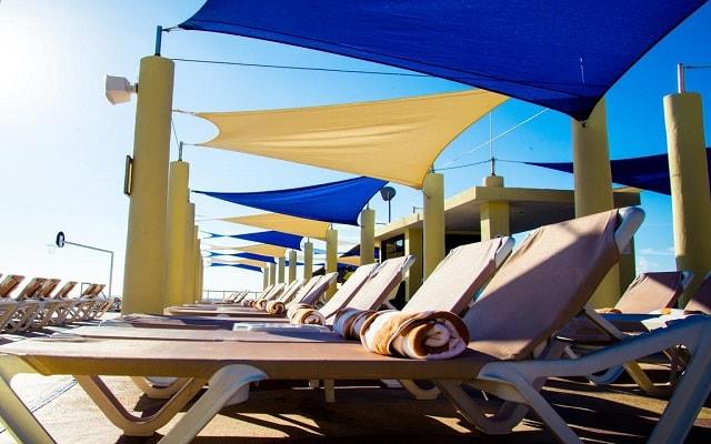 Hotel Crown Paradise Club Cancún, relájate en la comodidad de sus camastros