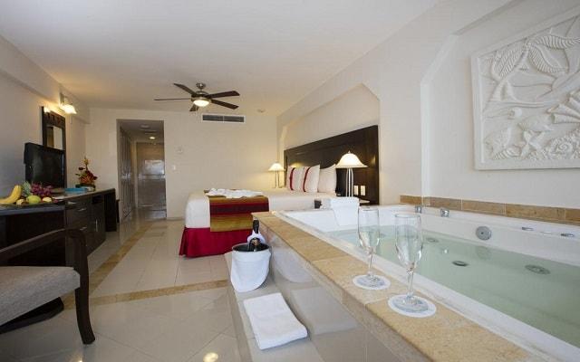 Hotel Crown Paradise Club Cancún, habitaciones con jacuzzi
