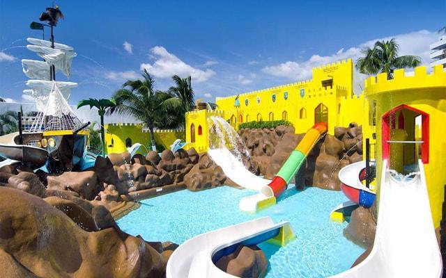Hotel Crown Paradise Club Cancún, parque acuático con 9 toboganes