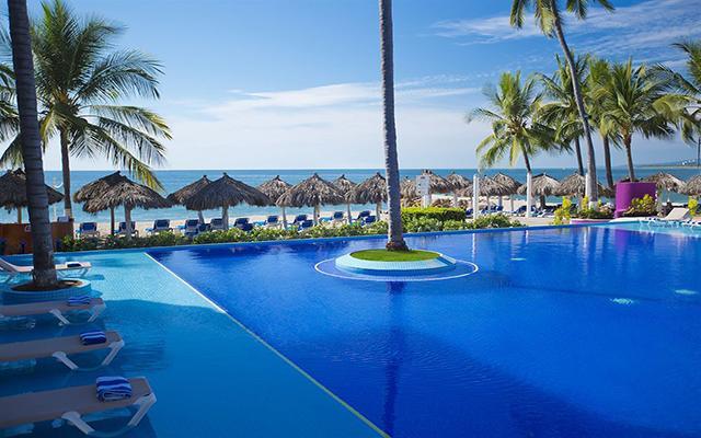 Hotel Crown Paradise Club Puerto Vallarta, disfruta de su alberca al aire libre