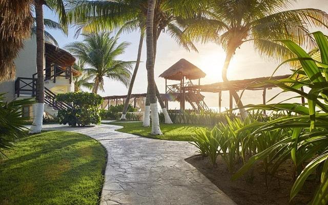 Hotel Desire Riviera Maya Resort, pasea por el jardín