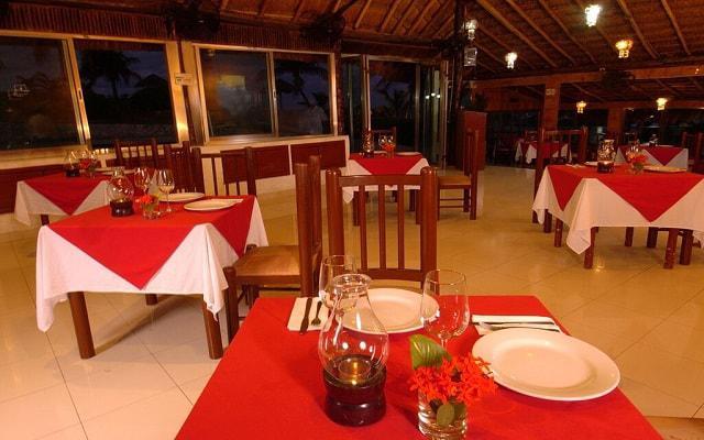 Hotel Dos Playas Cancún prueba los platillos del buffet