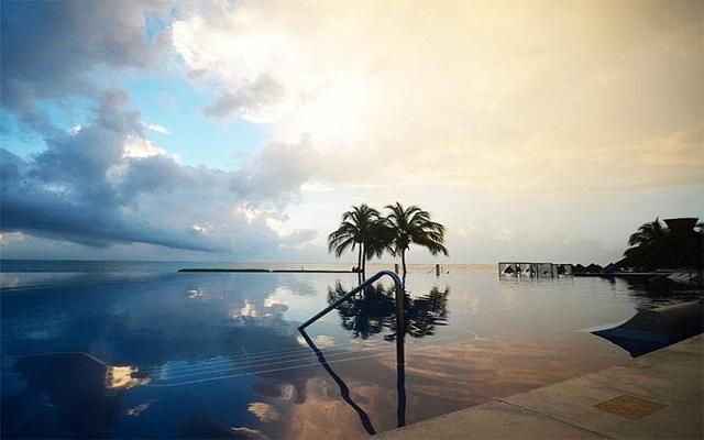 Hotel Dreams Riviera Cancún Resort and Spa, alberca infinity con hermosa vista al Caribe
