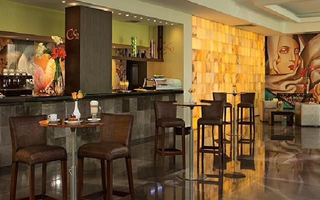 Hotel Dreams Sands Cancún Resort & Spa, disfruta una bebida en el bar