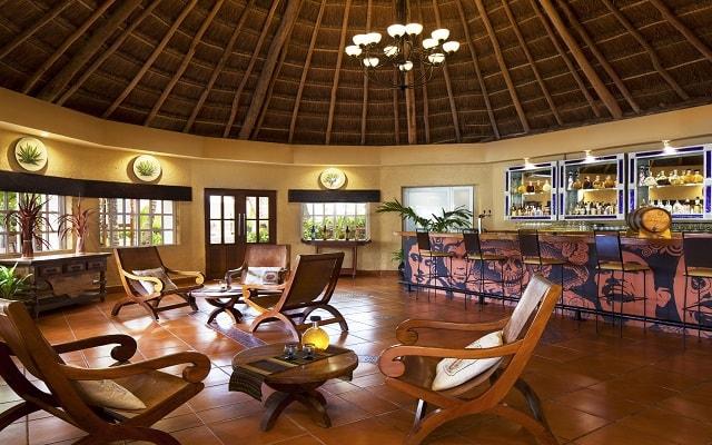Hotel El Dorado Seaside Suite Infinity, By Karisma, prueba un rico coctel