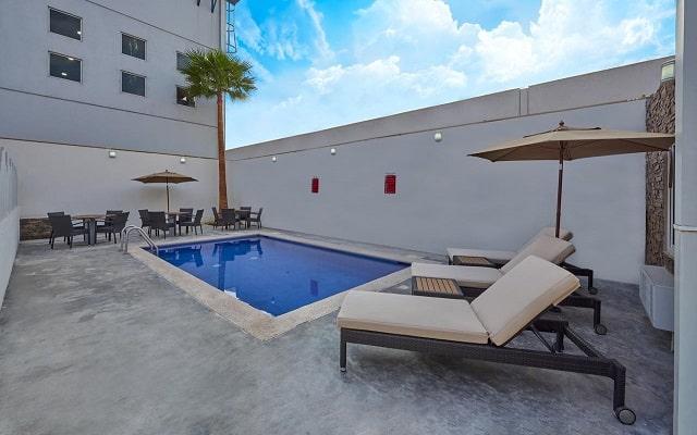 Hotel Extended Suites Monterrey Aeropuerto, disfruta de su alberca al aire libre