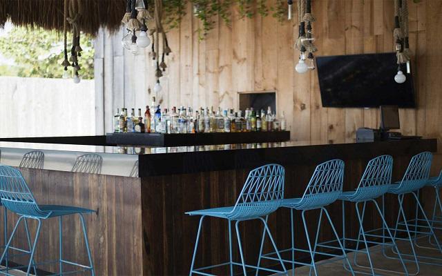 Hotel Fiesta Americana Cozumel All Inclusive, disfruta una copa en el beach bar