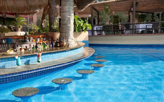Hotel Fiesta Americana Puerto Vallarta All Inclusive & Spa, prueba ricos cocteles en el bar de la alberca