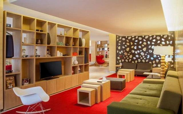 Hotel Fiesta Inn Aeropuerto Ciudad de México, diseño minimalista con detalles de colores