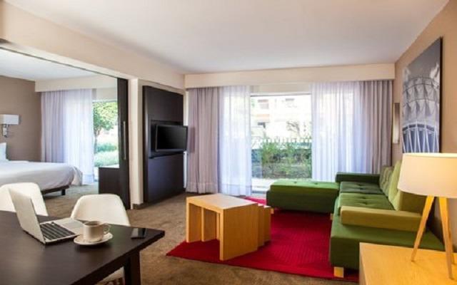 Hotel Fiesta Inn Aeropuerto Ciudad de México, habitaciones amplias y luminosas