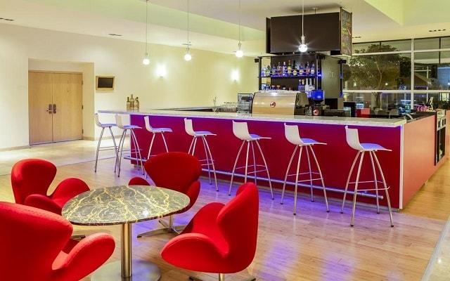 Hotel Fiesta Inn Centro Histórico, disfruta una copa en el bar