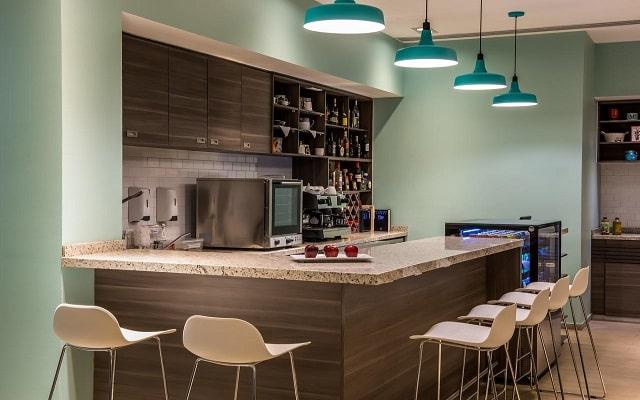 Hotel Fiesta Inn Ciudad de Mexico Forum Buenavista, disfruta una copa en el bar