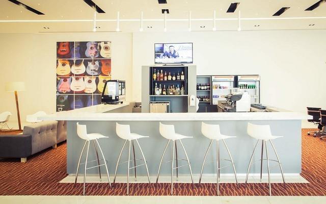 Hotel Fiesta Inn Plaza Central Aeropuerto, disfruta una copa en el bar