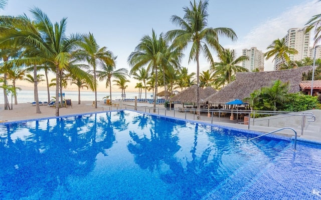 Hotel Friendly Vallarta Family All Inclusive Beach Resort and Spa, disfruta de su alberca al aire libre