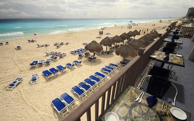 Hotel Golden Parnassus Resort and spa, contempla sus bellos colores en la playa