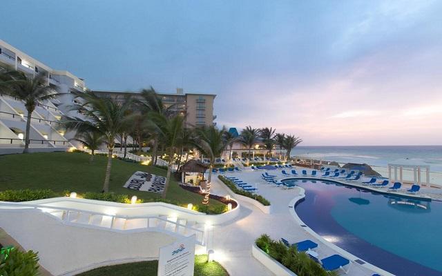 Hotel Golden Parnassus Resort and Spa, la playa también esta acondicionada para tu confort