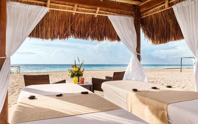 Hotel Gran Caribe Resort and Spa, permite que te consientan con un masaje en la playa