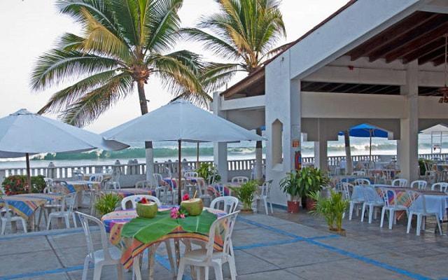 Hotel Gran Festivall Manzanillo All Inclusive Resort su club de playa se encuentra atravesando la avenida