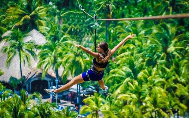 Hotel Gran Festivall Manzanillo All Inclusive Resort tiene una tirolesa para mayores de 12 años